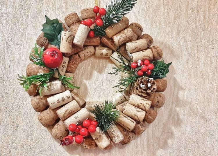 Новогодний декор своими руками. Венок из пробок, композиция со свечами, ваза с букетом их шишек - выбирать вам 1