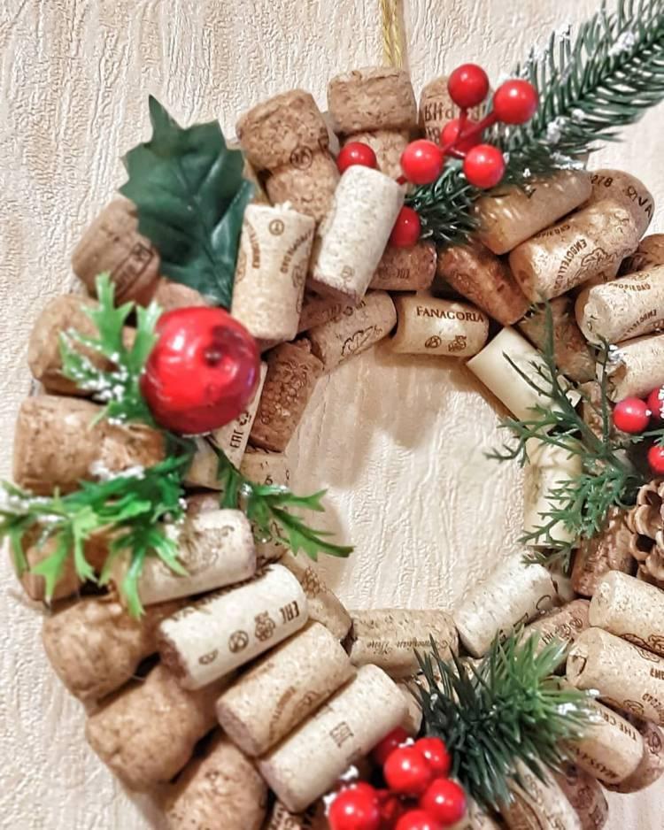 Новогодний декор своими руками. Венок из пробок, композиция со свечами, ваза с букетом их шишек - выбирать вам 2