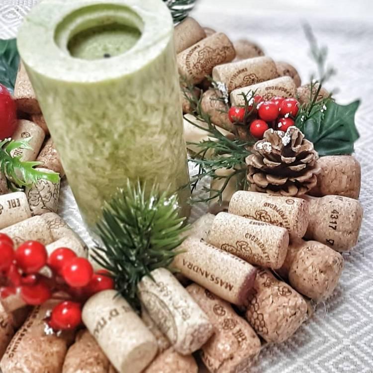 Новогодний декор своими руками. Венок из пробок, композиция со свечами, ваза с букетом их шишек - выбирать вам 5