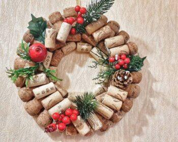 Новогодний декор своими руками. Венок из пробок, композиция со свечами, ваза с букетом их шишек - выбирать вам